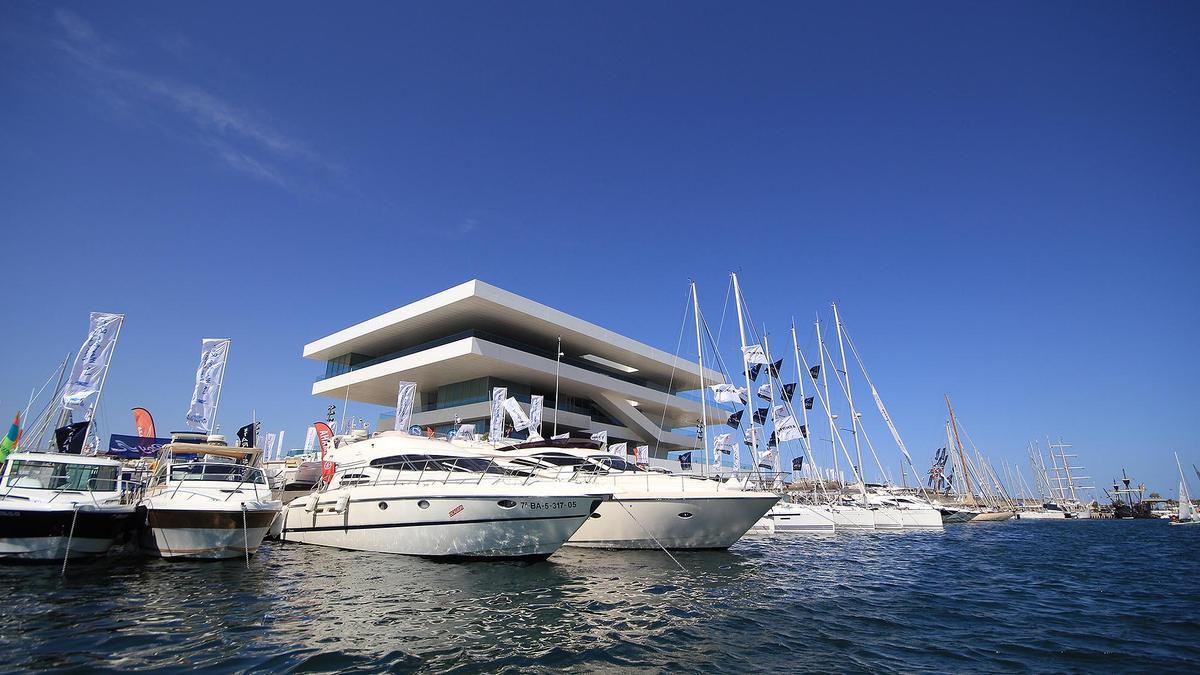 Barcos amarrados junto al edificio Veles e Vents, construido con motivo de la Copa del América que fue en 2007 en València.