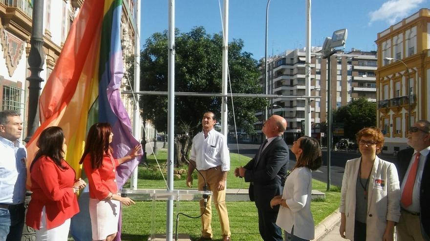 """La bandera arco iris ondea en la Diputación como """"símbolo de libertad y tolerancia"""""""