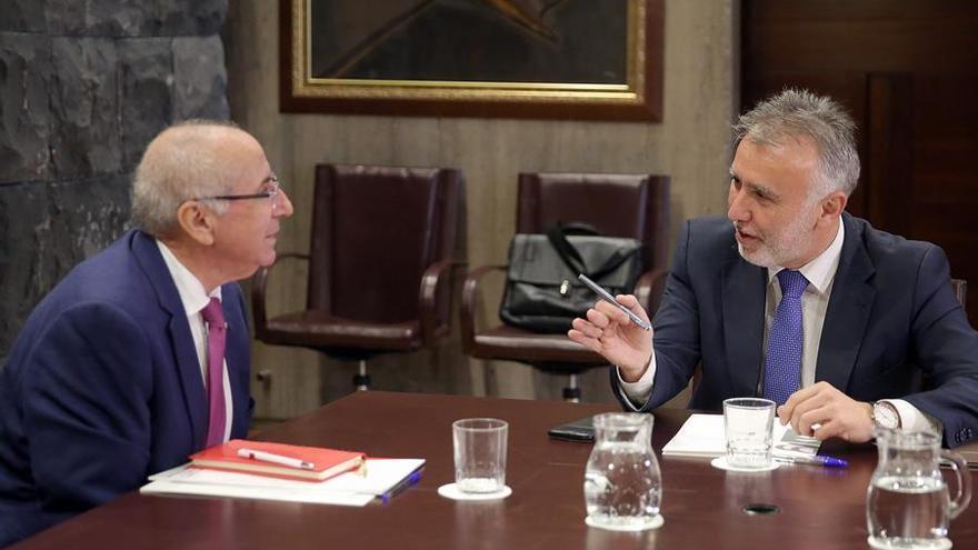 Ángel Víctor Torres (d), presidente del Gobierno de Canarias