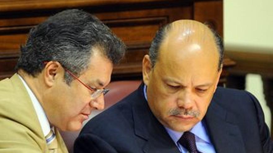 Ignacio González y José Miguel Barragán, este martes en el Parlamento. (ACFI PRESS)
