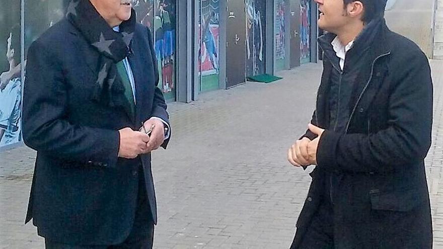 El seleccionador nacional, Vicente del Bosque, junto al periodista Jesús Cintora en la Ciudad del Fútbol de Las Rozas (Madrid)