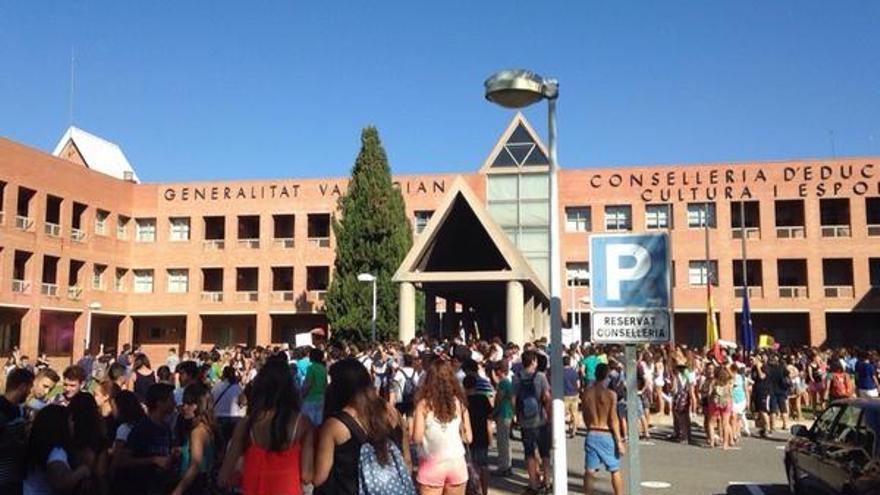 Los estudiantes se han reunido ante las puertas de la Conselleria de Educación