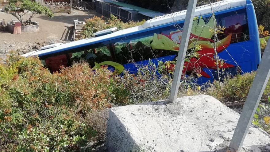 Estado en que quedó el vehículo de pasajeros tras salirse de la vía y caer por una pequeña ladera