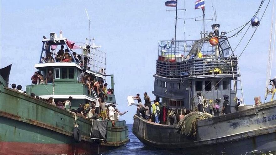 Imagen del pasado jueves, un grupo de personas de la minoría étnica musulmana rohingya piden ayuda a la deriva en el mar de Andaman, cerca de Malasia, al sur de Tailandia. / EFE.