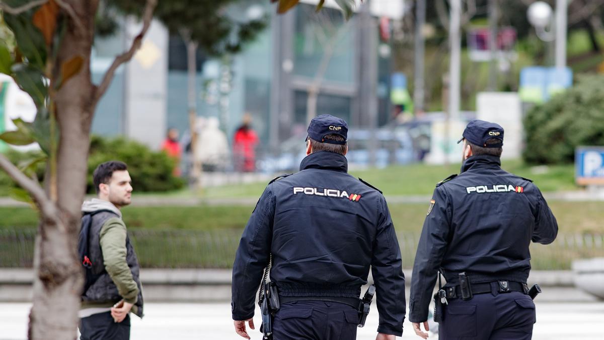 Agentes de la Policía Nacional patrullan en una calle