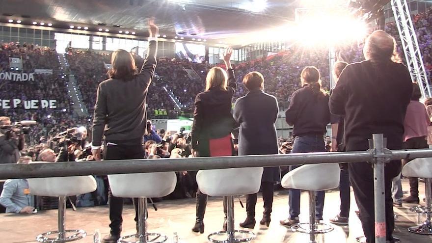 Rafa Mayoral, Tania Sánchez, Ada Colau y Pablo Iglesias saludando desde el escenario en Madrid / Foto del vídeo realizado por eldiario.es