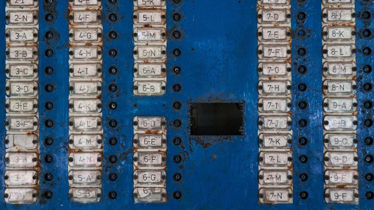 """El llamador de uno de los edificios de La Habana que se conocen  como """"de microbrigada"""", porque los construyeron sus propios habitantes, ladrillo por ladrillo, en uno de los planes habitacionales más ambiciosos puestos en marcha después del triunfo de la Revolución."""