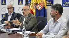 El presidente del Cabildo de Gran Canaria, Antonio Morales (c), junto al consejero de Medio Ambiente y Emergencias, Miguel Ángel Rodríguez(d) y el consejero Área de Sector Primario y Sostenibilidad Alimentaria, Miguel Hidalgo Sánchez (i)