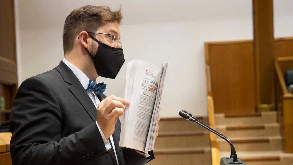 Luis Gordillo, en el Parlamento Vasco, blandiendo el dictamen del cártel de las consultoras