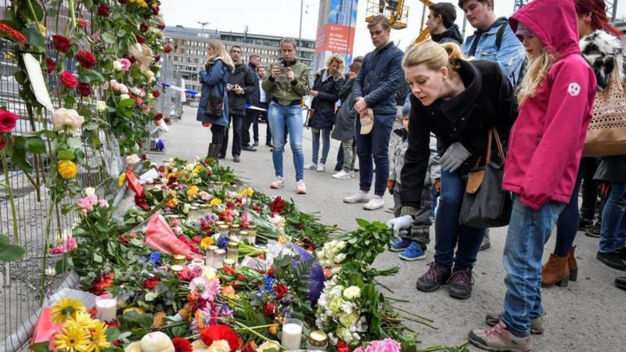 Estocolmo, sacudida por el atentado, honra con flores y velas a las víctimas