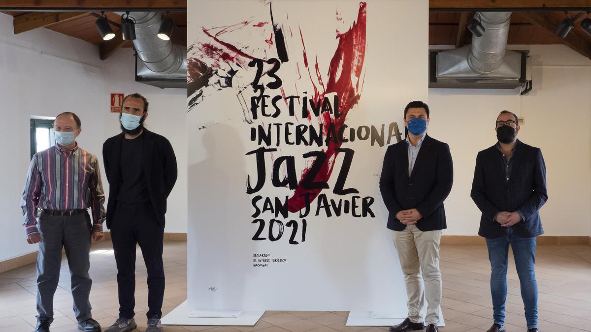 Alberto Nieto, Jorge Martínez, autor del Cartel, el alcalde José Miguel Luengo y el concejal de Cultura y nuevo director del festival, David Martínez.
