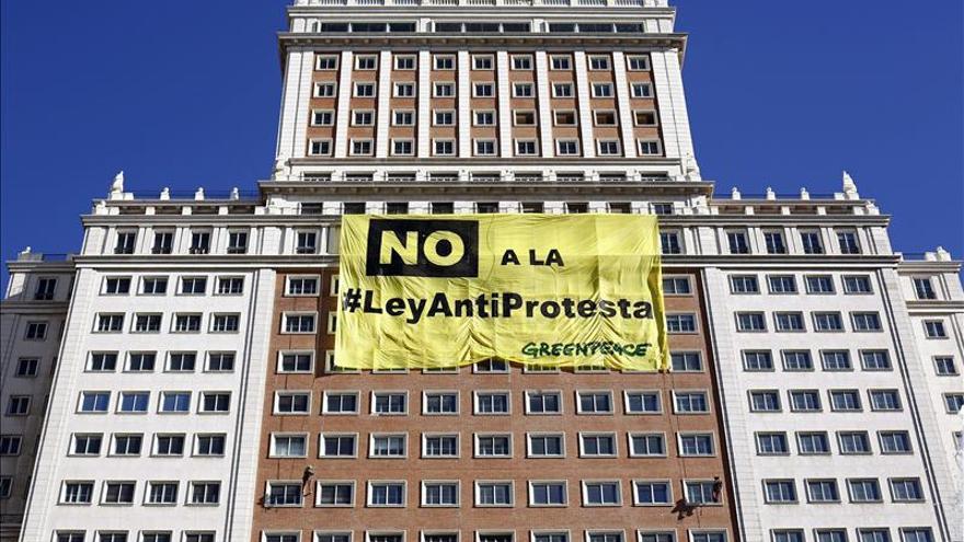 Greenpeace cuelga un cartel gigante en Madrid contra la Ley de Seguridad Ciudadana.