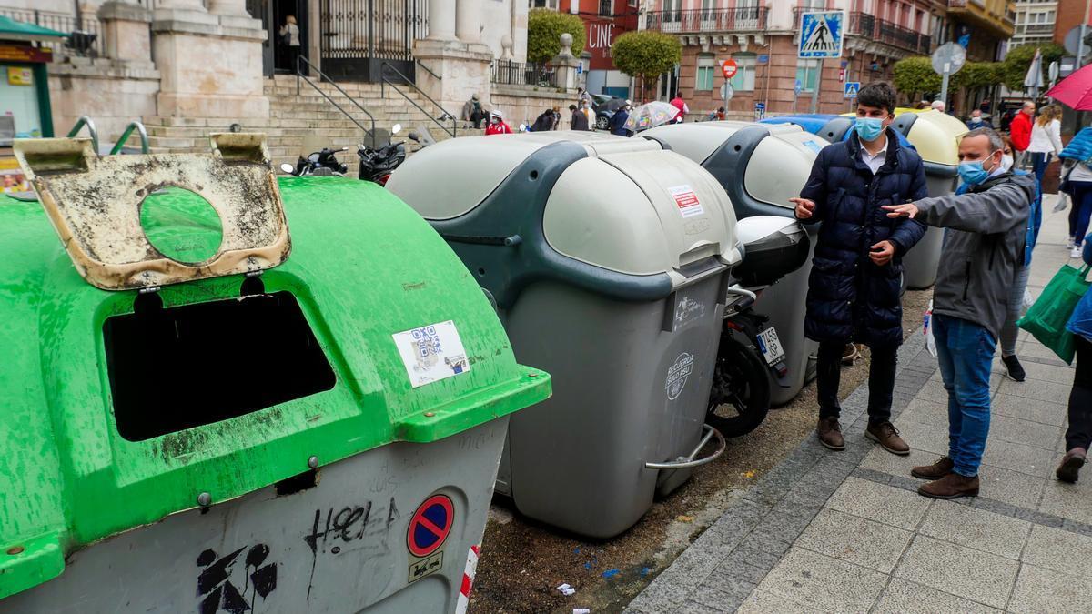 El portavoz socialista, Daniel Fernández, junto a los contenedores ubicados frente a la iglesia de San Francisco, en Santander.