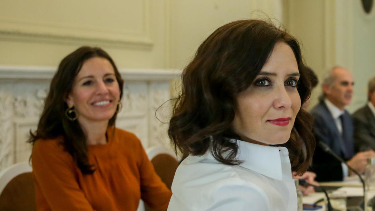 La presidenta de la Comunidad de Madrid, Isabel Díaz Ayuso, y María Eugenia Carballedo