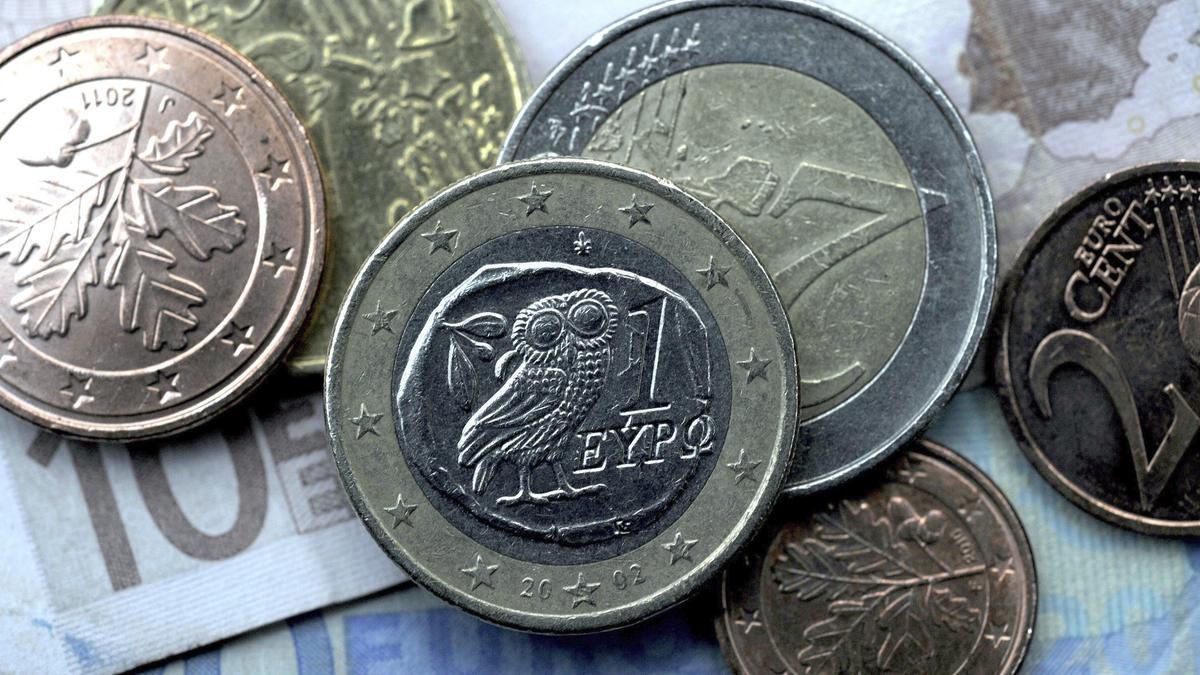 Varias monedas de euro en una fotografía de archivo