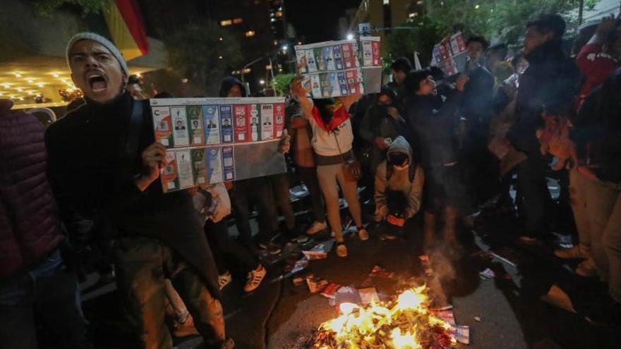 Simpatizantes de Carlos Mesa queman papeletas electorales en La Paz, durante la espera por el recuento oficial de actas de las elecciones presidenciales realizadas ayer en Bolivia.