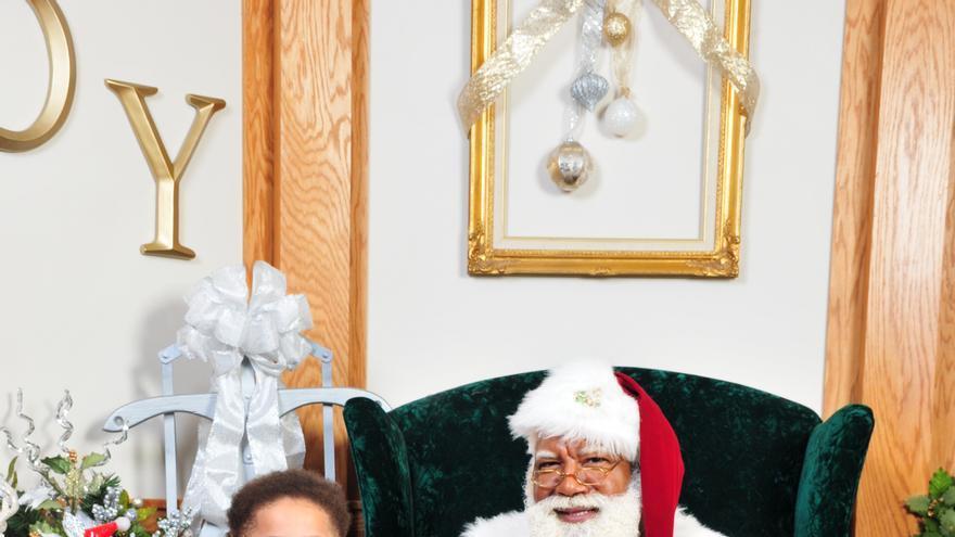 'Santa Larry' junto a uno de los niños que le han visitado.