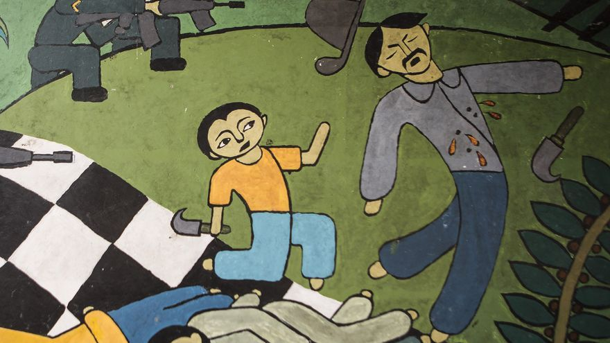 Un mural en representación del conflicto armado interno de El Salvador decora una cafetería en Carasque
