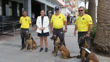 Carmen Brito junto a los miembros de AEA con los perros de rescate.