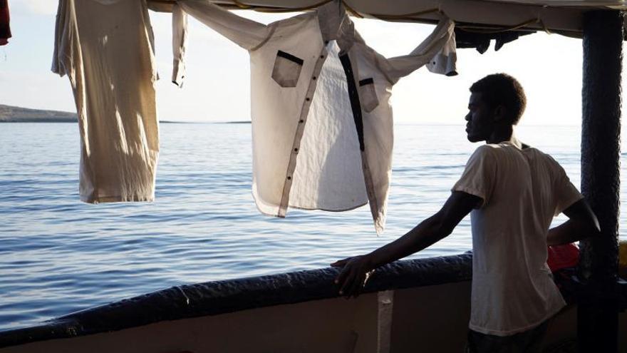 Algunos migrantes del Open Arms se lanzaron al mar para tratar de desembarcar