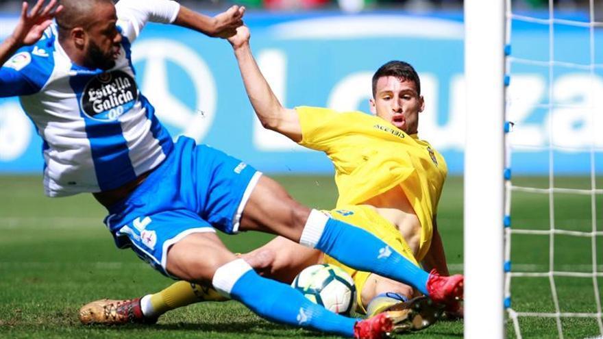 El defensa brasileño del Deportivo La Coruña, Sidnei Rechel (i), disputa el balón contra el delantero argentino de UD Las Palmas, Jonathan Calleri (d).