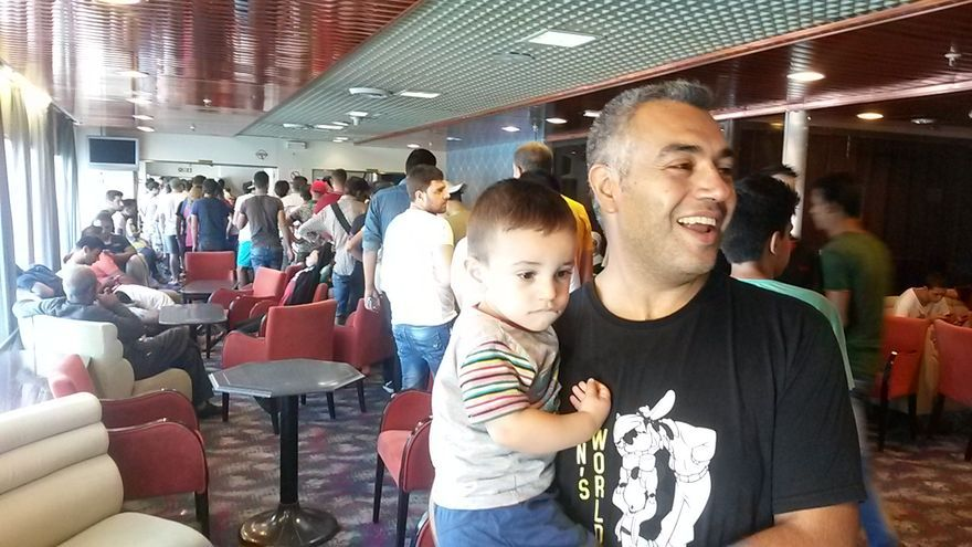 """Refugiados sirios en el ferri 'Eleftheros Venizelos', conocido en la isla como el """"hotel para inmigrantes"""", que partió hacia al puerto de Salónica este miércoles/ Aitor Sáez"""