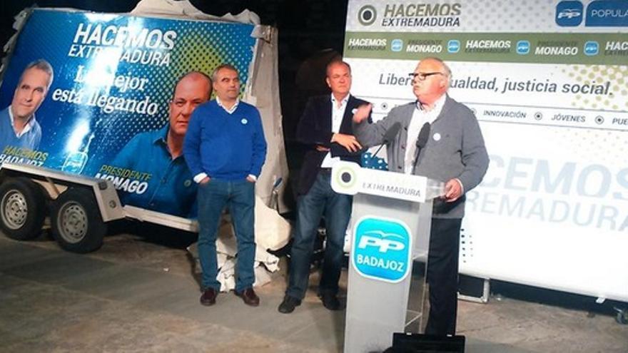El exalcalde de Badajoz, apoyando al candidato del PP / Twitter @PP_Badajoz