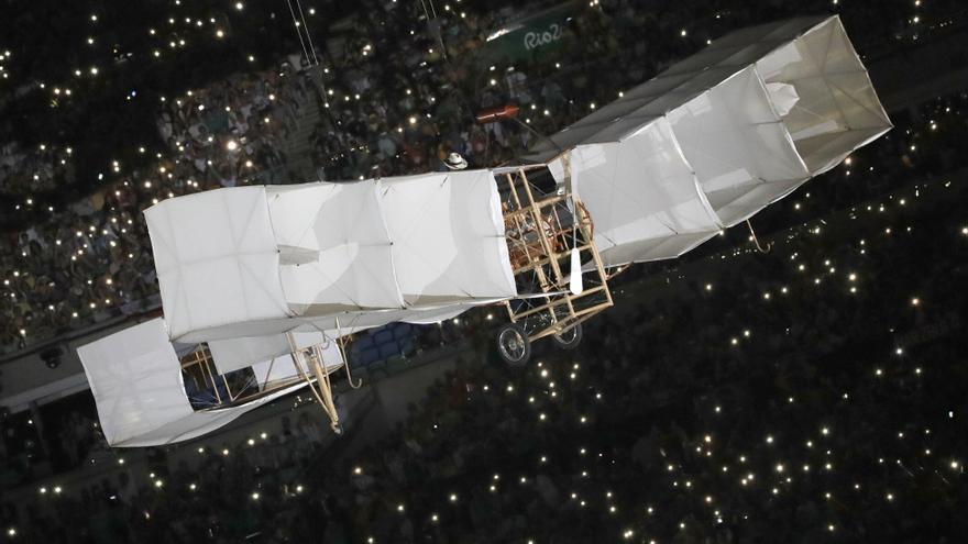 Réplica del avión 14-bis, diseñado por Dumont, en la ceremonia de inauguración de los Juegos de Ríos / EFE