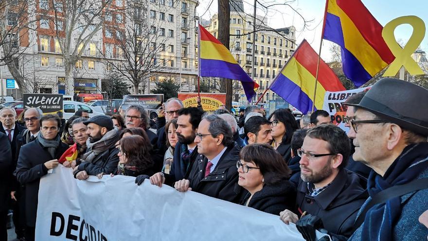 """El bloque político independentista, tras una pancarta en la que ponía: """"decidir no es delito"""""""