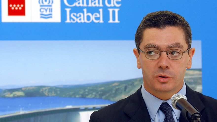 Alberto Ruiz Gallardón, durante una visita que realizó en 2002 para inaugurar el laboratorio de análisis del agua del Canal de Isabel II en Madrid.