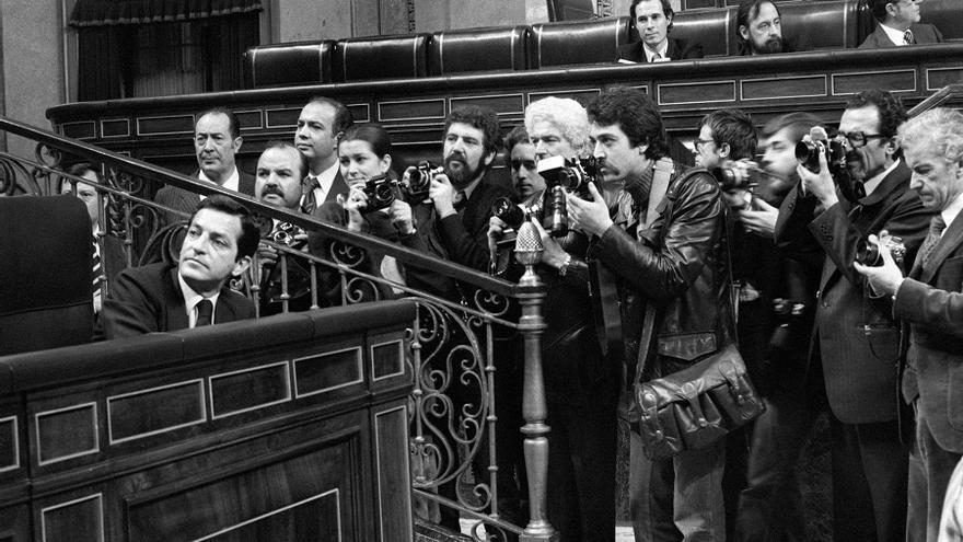 Suárez, rodeado por fotógrafos en un pleno del Congreso en el debate presupuestario de 1977. Foto: EFE