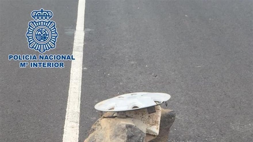 Las piedras colocadas en medio de la carretera de Fataga.