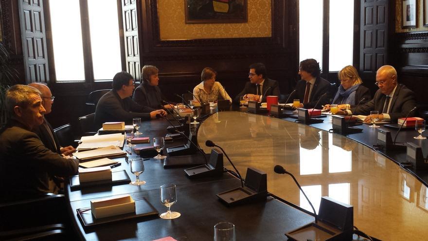 El Parlament pide a los grupos propuestas para sustituir a dos miembros del TC