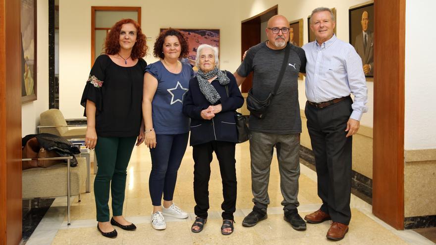 Familiares del sindicalista Francisco González, fusilado de San Lorenzo y Marino Alduán, director general de Presidencia del Cabildo de Gran Canaria.