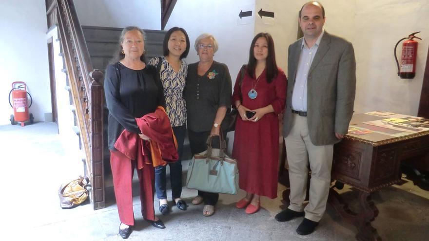 Elsa López (derecha) el día de la presentación del libro en la Casa Salazar.