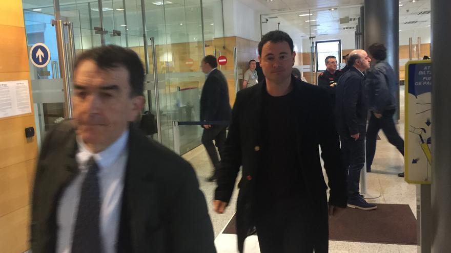 El abogado de Hasier Arraiz, Íñigo Iruin, junto al dirigente abertzale, en la entrada al juicio.