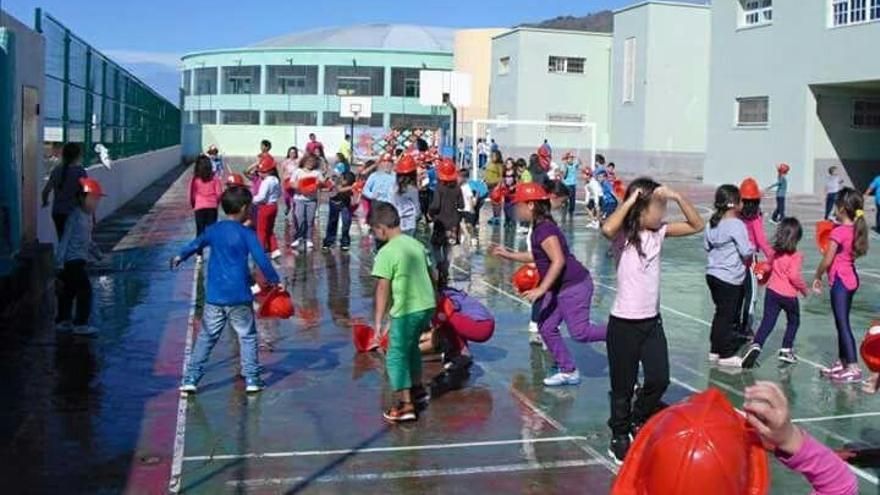 Alumnos y alumnas del CEO Juan XXIII de Tazacorte en las cachas deportiva del centro. Foto: Ayuntamiento Tazacorte.