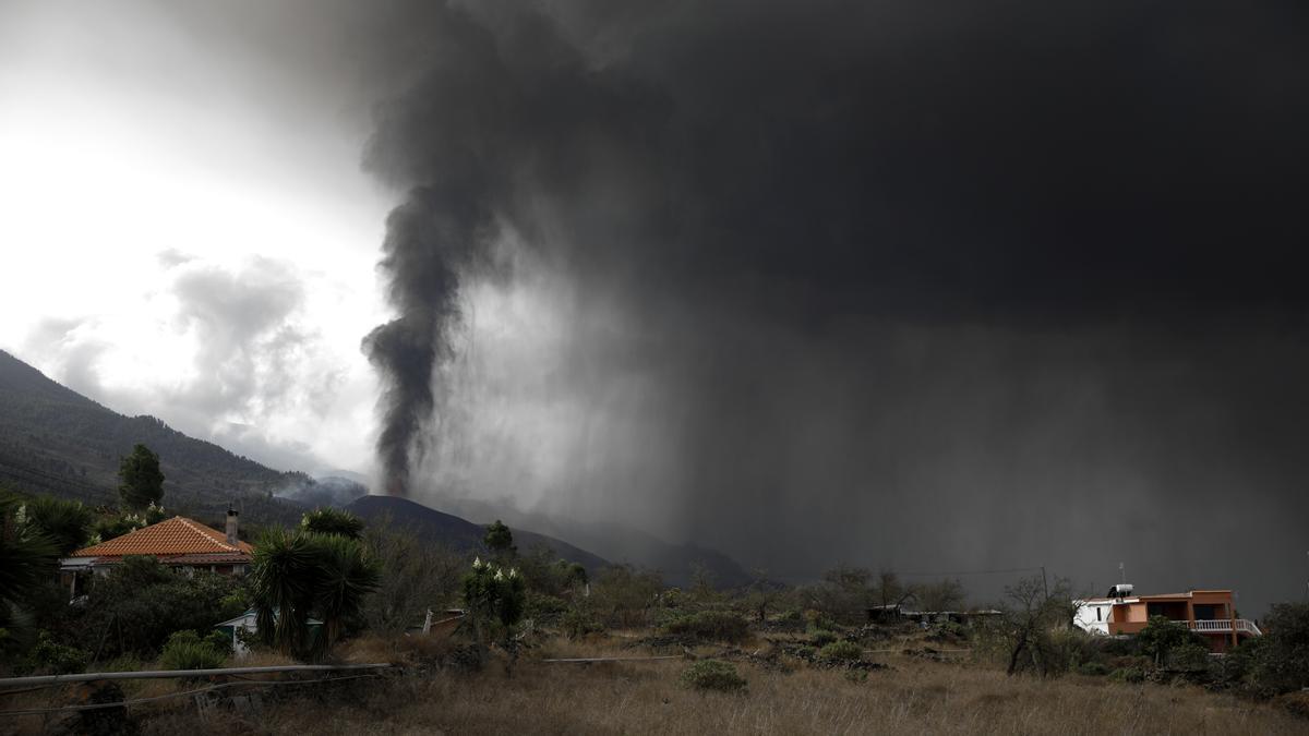 La nube de ceniza y dióxido de azufre que expulsa el volcán de La Palma, desde el núcleo urbano de Tacande, en el municipio de El Paso, La Palma, a 22 de septiembre