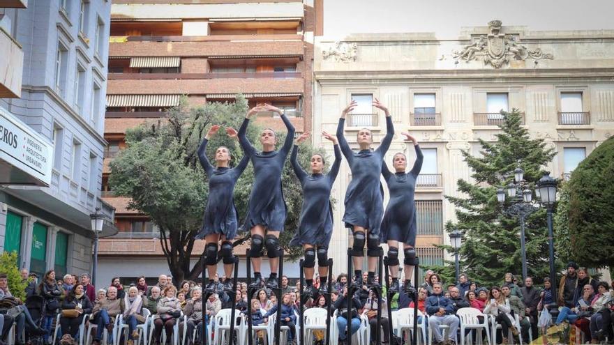Mulïer es un espectáculo de danza sobre zancos interpretado por cinco bailarinas