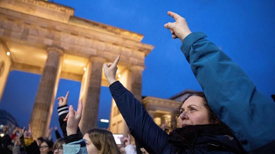 Miles de mujeres bailan contra la violencia machista en el San Valentín berlinés