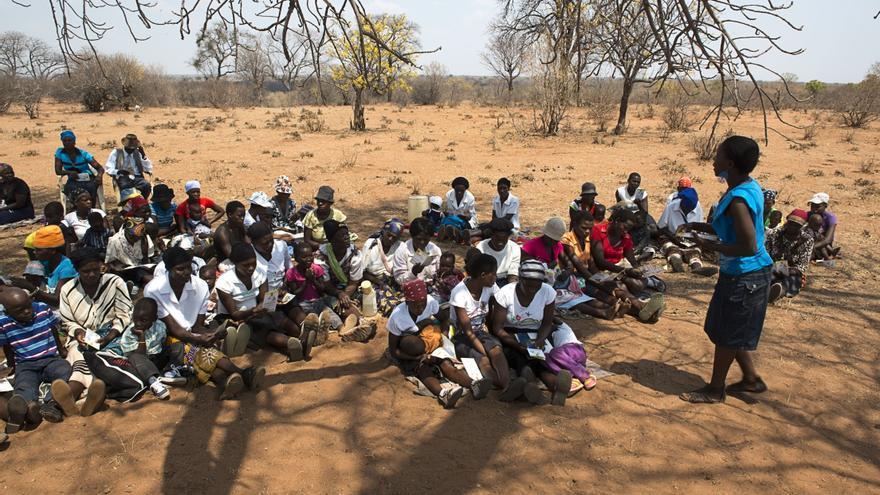 Toni Moyo, líder de grupo de apoyo a mujeres en Tsholotsho, tiene 35 años y dos hijos. Vive en Manxibana (Zimbabwe) y lleva 5 años como 'madre tutora' asesorando a las madres seropositivas para que acepten el VIH y, sobre todo, para que sigan los programas de prevención de la transmisión del virus del VIH de madre a hijo. Fotografía: Pedro Ballesteros