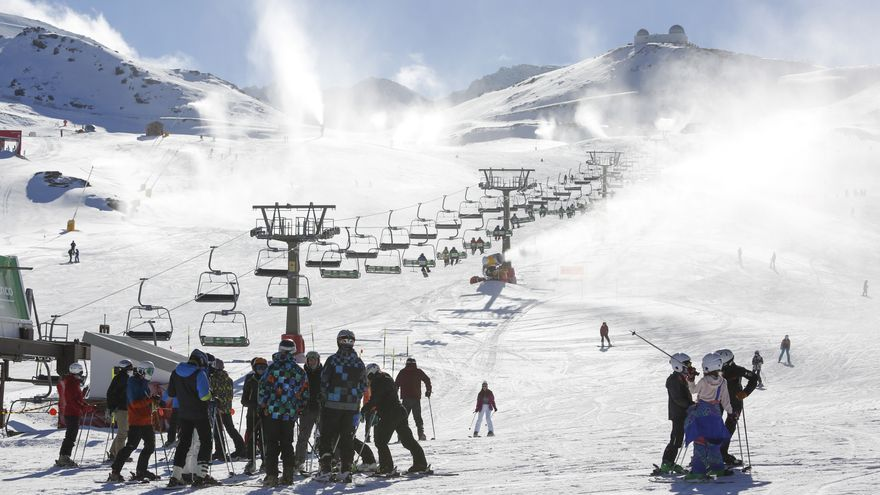 Esquiadores  con mascarillas en la estación de esquí de Sierra Nevada, en su jornada inaugural