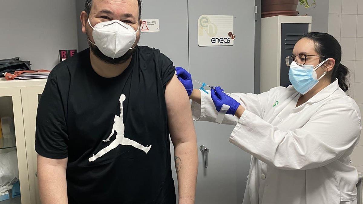 Juan Ramón Amores recibiendo la vacuna contra la COVID-19