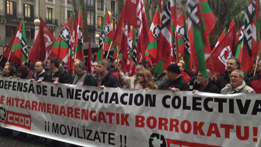 Delegados de CC OO, junto a su secretario general, Unai Sordo, en la concentración de hoy frente al Palacio de Justucia de Bilbao. /EDN