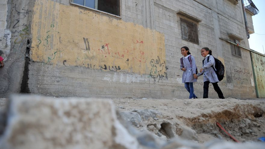 Niñas en su camino al colegio en Gaza - UNRWA Fotografía por Ahmad Awad