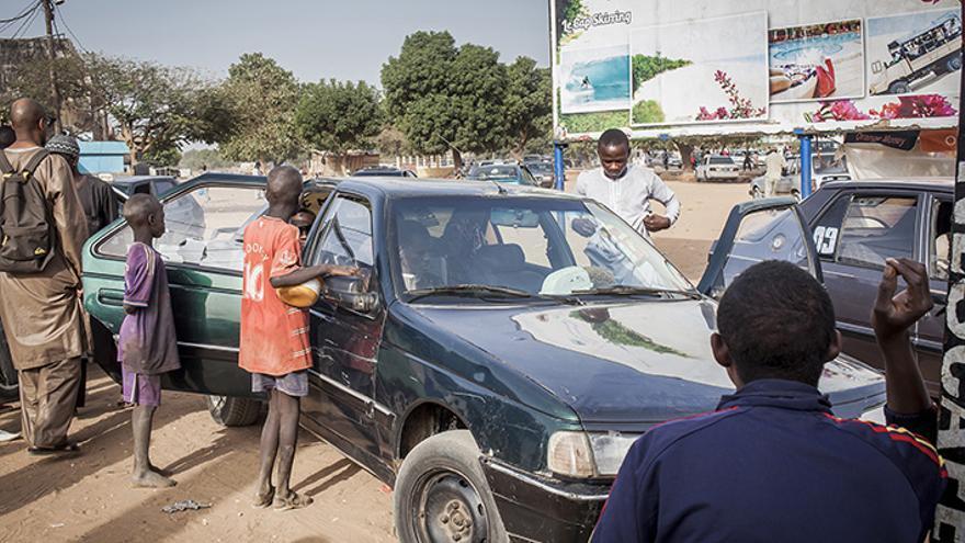 Niños talibés piden en la calle, en la zona turística de M'bour, Senegal. | Lucas Vallecillos.