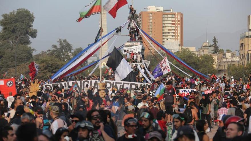 Un grupo de personas se manifiesta en la Plaza Italia, en Santiago (Chile).