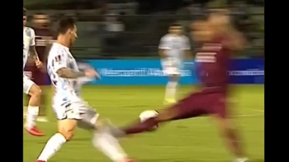 El exacto momento de la patada a Messi.