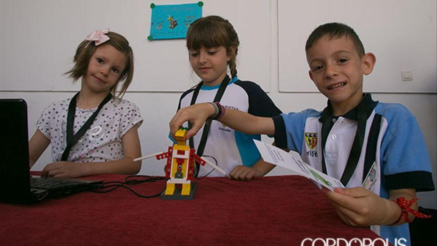 Tres participantes con uno de los lego 'robotizado' | MADERO CUBERO