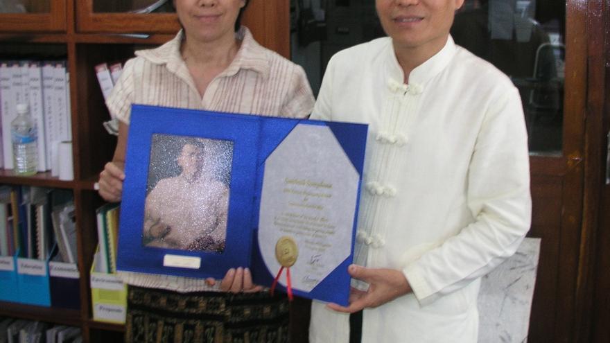Sombath y Shui-Meng posan felices en 2005 con el premio Ramon Magsaysay. | Foto: Cortesía de Ng Shui-Meng.
